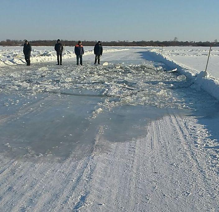 ВПриамурье грузовой автомобиль провалился под лед, шофёр пропал без вести