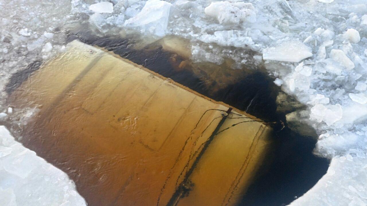 Грузовой автомобиль спеском игравием ушел под лед нареке Зея