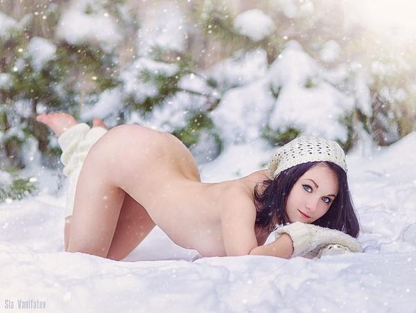 kartinki-golaya-devushka-v-snegu