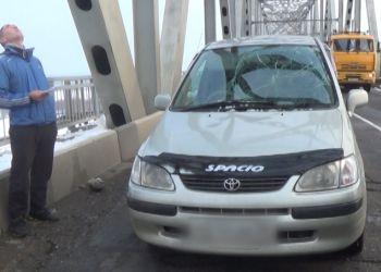 На «Тойоту Спасио» упала глыба замерзшего снега