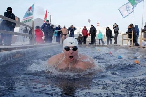 Амурские «моржи» провели эстафету в проруби на реке Зее