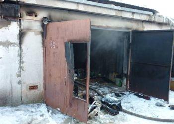 Ромненские пожарные отстояли автомобиль в пылающем гараже
